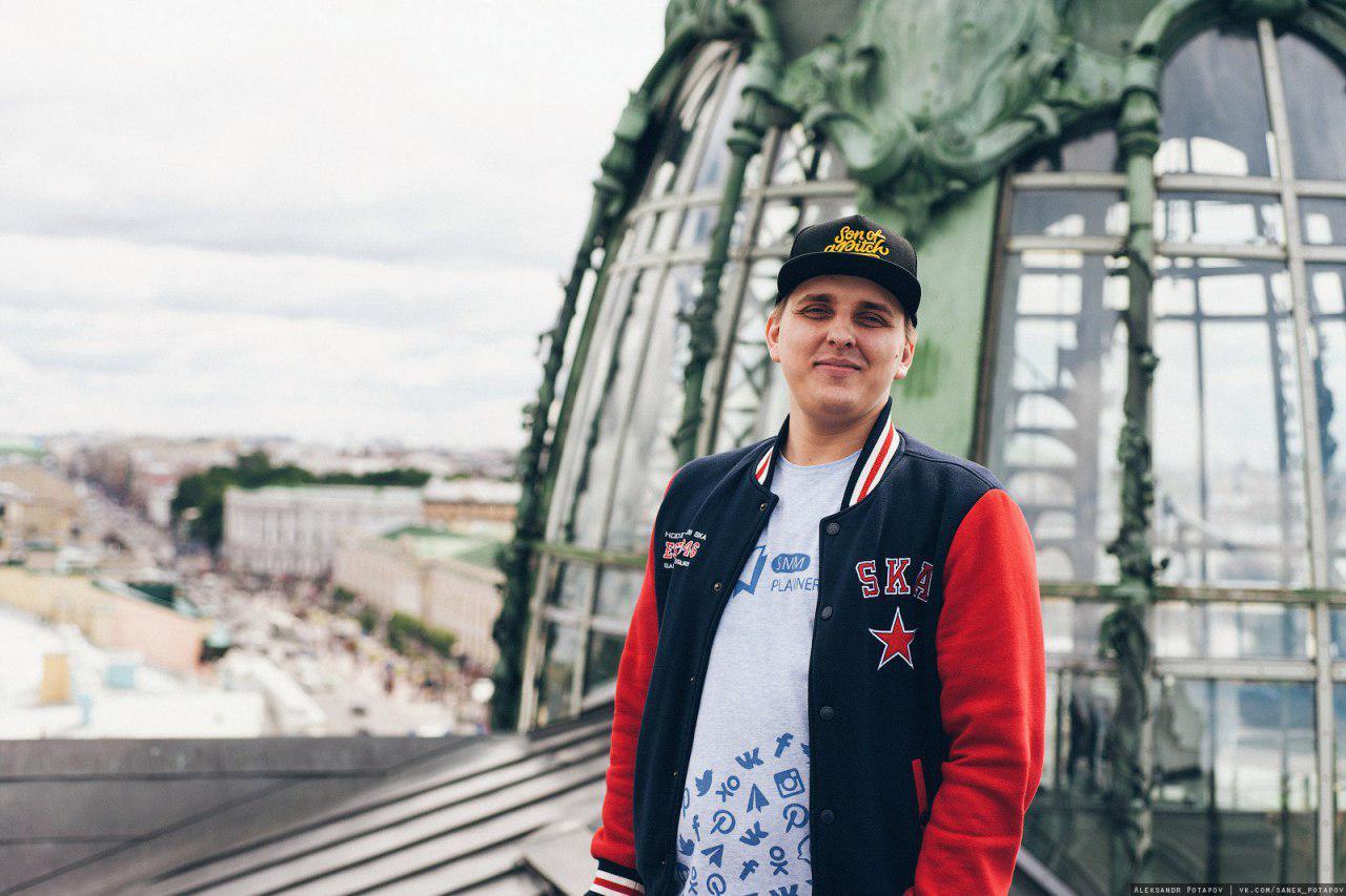 Павел на крыше офиса «ВКонтакте» и в нашей фирменной футболке