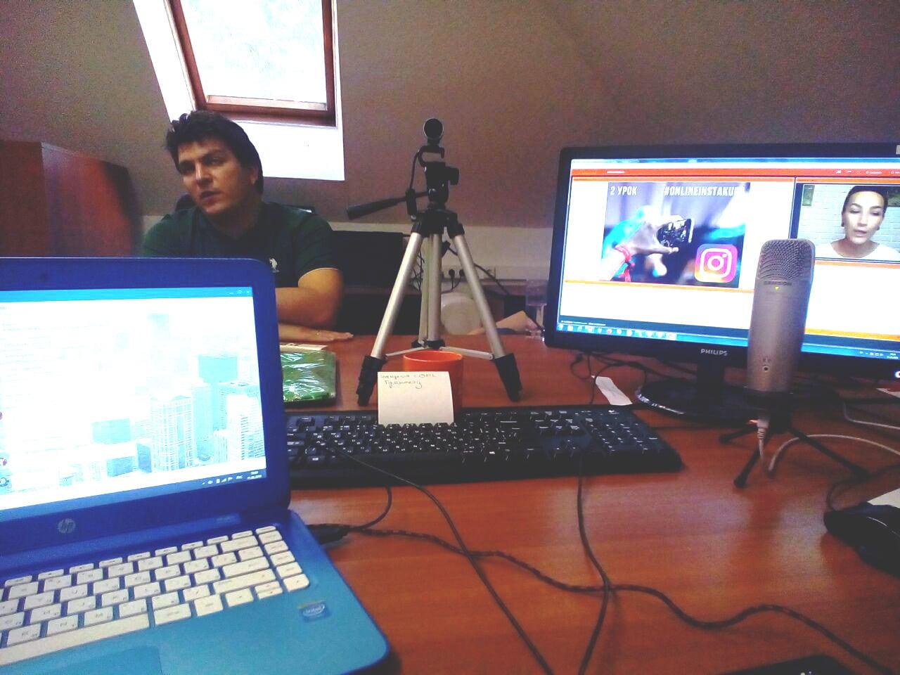 У окна — Василий Крылов, руководитель SMMplanner, а в центре — веб камера на штативе